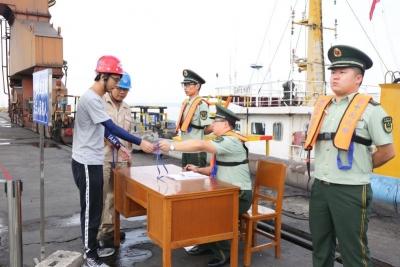 湖北汉口边防检查站成功查获一起违法搭靠外轮案件