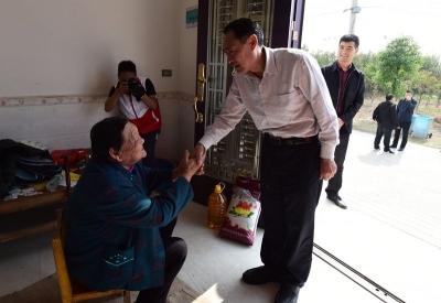 王本举率厅机关党支部走访慰问黄丝村贫困户