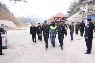 越南警方向中方移交五名在逃嫌疑人 涉嫌有组织犯罪