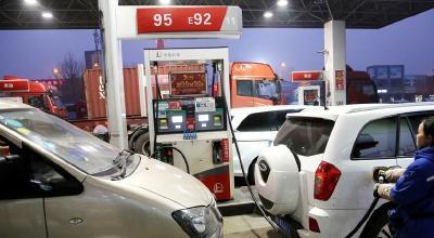 """国内油价年内""""首涨"""" 加满一箱油大约多花4块钱"""