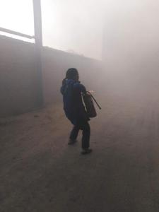 米厂仓库突发火灾,加油站员工迅速扑救