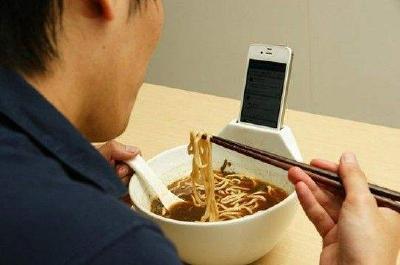 你就等着变胖吧!研究显示吃饭刷手机容易多吃