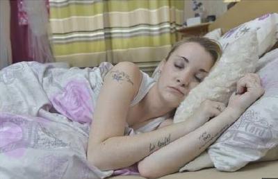 """英国女孩患罕见""""睡美人症"""" 一觉可睡3个星期"""