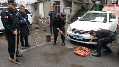 """城管說說城管:清理""""城市垃圾"""",洪山城管在行動"""