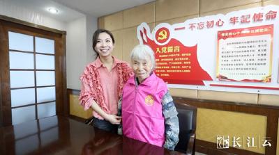 独家:继捐款1000万后,这位感动中国的湖北老人成为武汉军运会志愿者!
