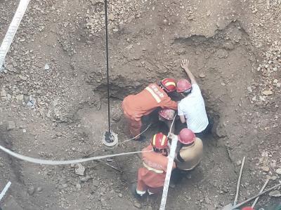 武汉消防:12米竖井下的紧急救援