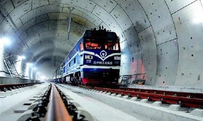 我国首条智能高铁全线轨道贯通