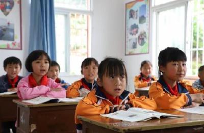 三部门:争取2020年底消除义务教育阶段66人以上大班额