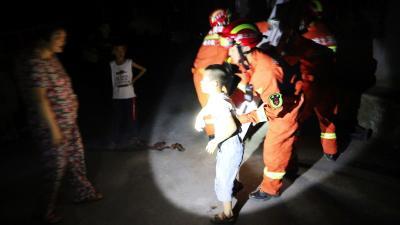 """湖北十堰:""""熊孩子""""一人在家上演惊险一幕 消防架设""""生命之梯""""化险为夷"""