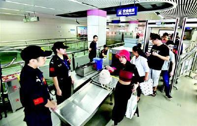 武汉地铁安检等级全面提升 值班站长支招快速过检5步法