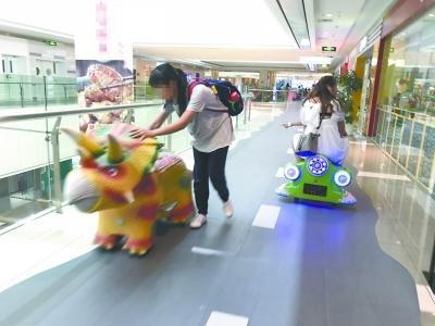 隐患多!商场内儿童电瓶车穿行 顾客避让家长担心