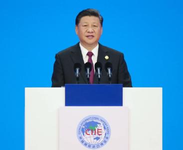 习近平同出席第二届中国国际进口博览会的外国领导人共同巡馆