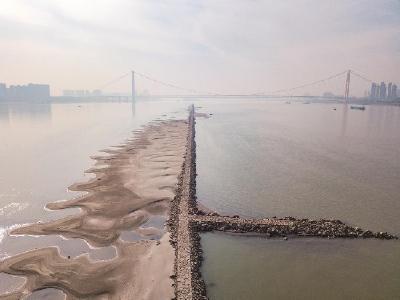 长江汉口水位12年来同期最低 船舶码头航运正常