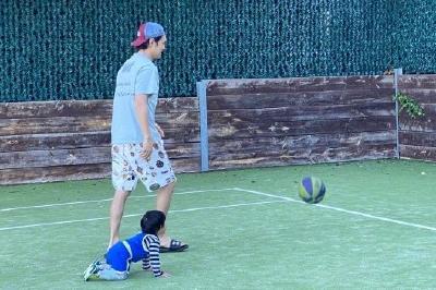 張歆藝曬照 袁弘與兒子籃球1v1畫面溫馨