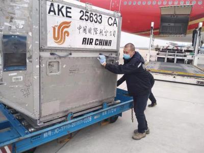 """连轴转的""""辎重官""""——记疫情阻击战中的武汉天河机场机坪保障人员"""