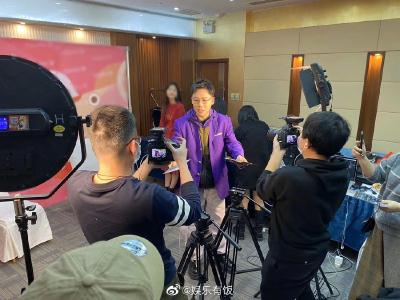 刘维春晚后台为记者发口罩 举动暖心获赞