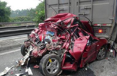 遇到交通事故 别忘了先救人报警
