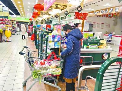 记者探访商超和农贸市场 短暂抢购后连续两日市场供应平稳