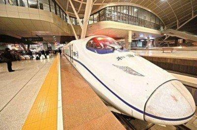 """""""红眼高铁""""司机张承辉:列车到武汉休息20分钟又出发"""