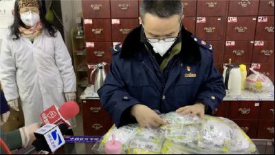 現場直擊   記者隨市場監管部門突擊檢查藥店防疫用品物價