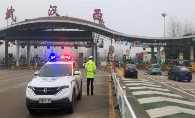 1月22日湖北高速公路迎来春运节前自驾返乡最后一波车流高峰 交警提醒驾驶员减少在武汉周边高速服务区的逗留时间