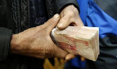 """《保障农民工工资支付条例》公布 铁腕治""""欠"""" 让农民工安""""薪"""""""
