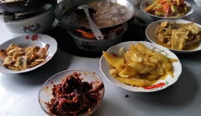 看着一桌冷饭,鹤峰这名大学生说出心里话