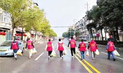 """19000多志愿者为闭门不出的居民跑腿奔忙 他们让""""最后100米""""充满温暖"""