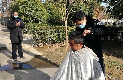荆门京山:雁门口民辅警剃发明志 轻装上阵战疫情