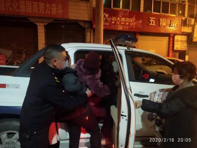 """鹤峰:夜晚""""疫""""线巡查 城管队员护送急诊病人就医"""