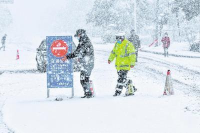 24小時待命 及時融雪融冰 交管全力確保防疫應急交通安全順暢
