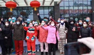 武汉协和医院西院31名新冠肺炎重症患者今天同时出院