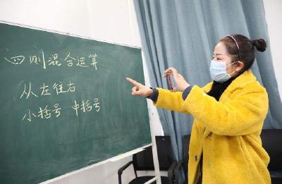 国务院联防联控机制:建议中小学教师开学后佩戴口罩授课