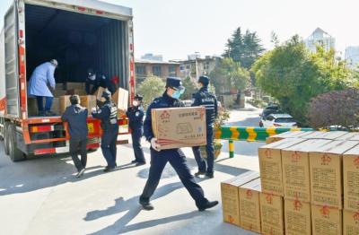 十堰:香港網友捐環保餐盒  警民攜手解醫院之急