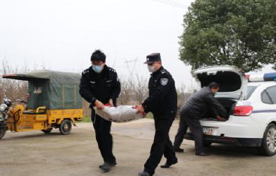贫困户感恩捐款支持抗疫 民警回赠化肥助力春耕