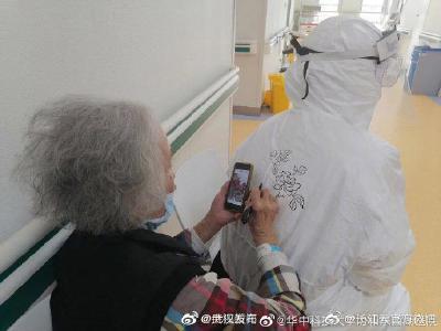 93岁老人在防护服上画画留念