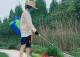 張馨予變身花農走混搭風 戴草帽穿雨靴
