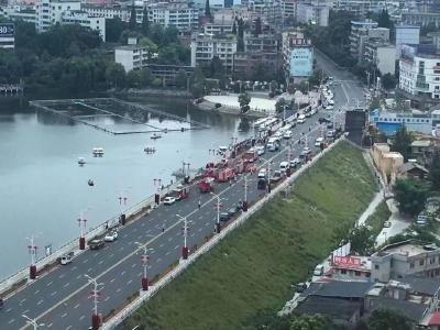 贵州安顺公交车坠湖事故已致2人遇难,公交车落水前监控画面曝光