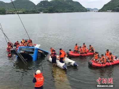 贵州安顺公交车坠湖已致21人死亡16人受伤