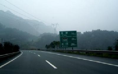 湖北利川:沪渝高速齐岳山隧道渗水 警路企迅速处置恢复畅通