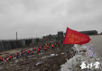 仙桃大垸子泵站堤坝涉险 老弱村民渔民连夜紧急撤离