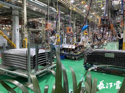 """襄阳市二季度项目拉练观察:从""""一车独大""""向产业交替领先格局迈进"""