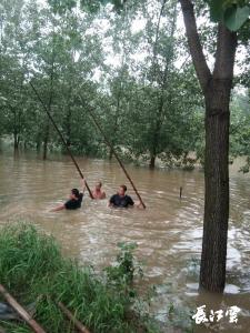 一把铁锹护平安   一位村支书带队的抗洪纪实