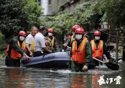 黄冈:小区内涝严重 消防及时转移被困群众