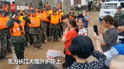 泪目!抗洪抢险士兵保护她们的家园,她们亲手剥茶叶蛋送到长江边每位官兵手上