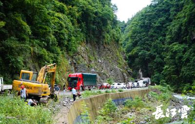 恩施鹤峰国道351因塌方行车中断 交通部门紧急抢修保通