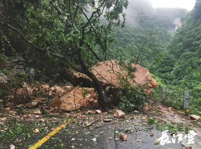 湖北兴山公路发生山体塌方 1.25小时抢通道路
