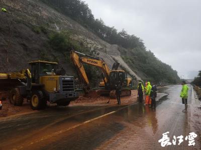 黄黄高速黄梅段三处山体滑坡 高速路政养护部门全力抢通道路