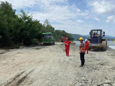 富河阳新县排市镇万家村段溃口处开始进行封堵工作