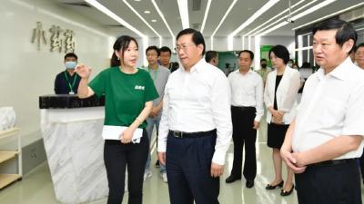王忠林在光谷调研线上经济数字经济发展:解放思想、大胆创新,加快培育新动能
